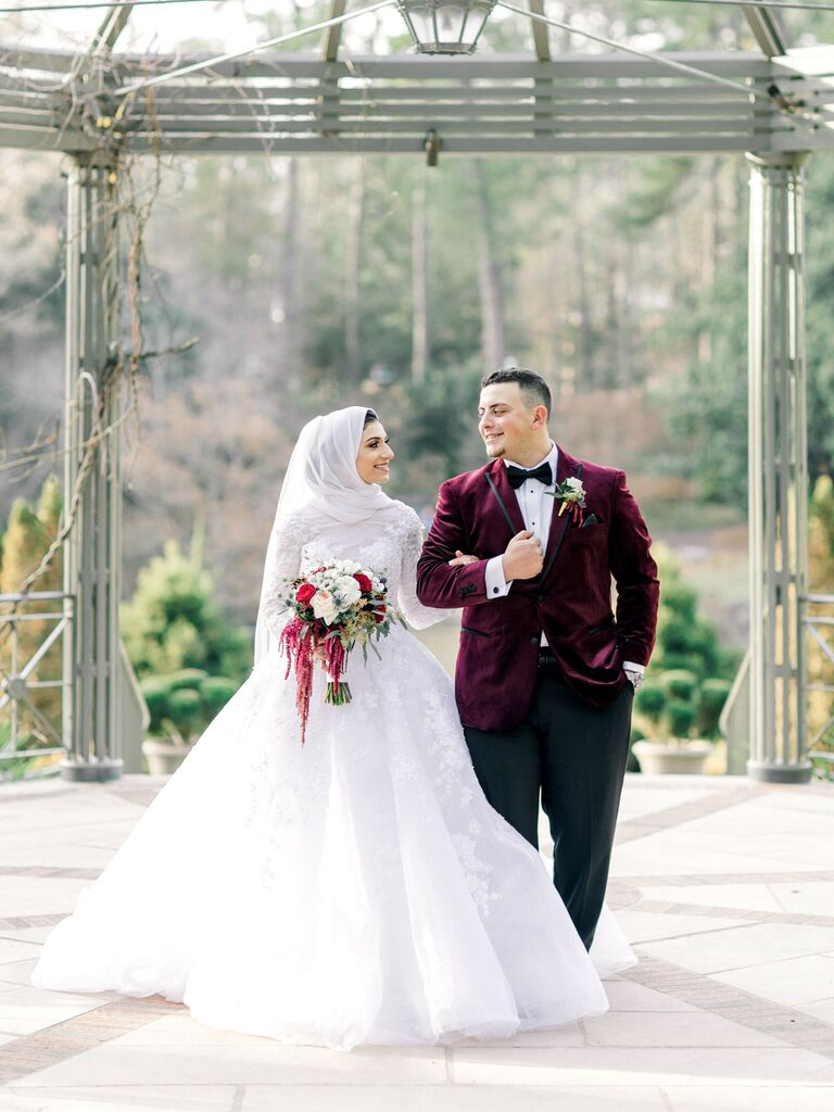 most popular wedding colors burgundy-themed wedding outfits