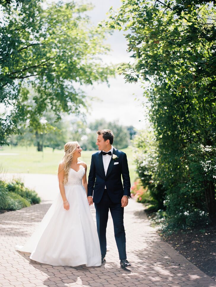 Ornate chandeliers and a muted blush and cream palette lent an element of elegance to Kelly Hellwig (23 and works in public relations) and Troy Volkel