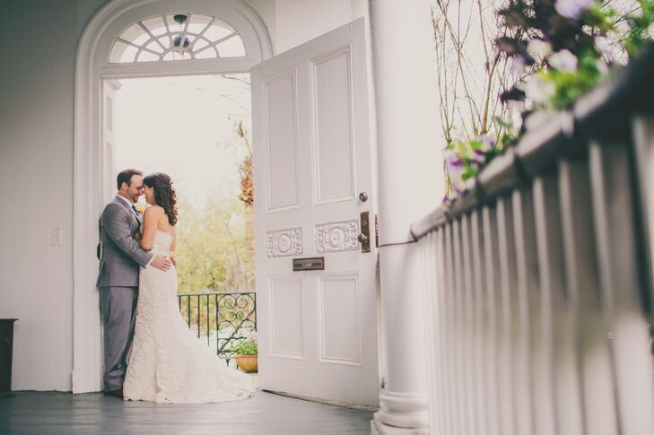 To capture the charm of the antebellum South, Katie and Derick used the gardens and spacious wraparound porch of Thomas Bennett House in Charleston, South Carolina. Spanish moss, elegant white columns and ancient brick pathways created a whimsically intimate space.