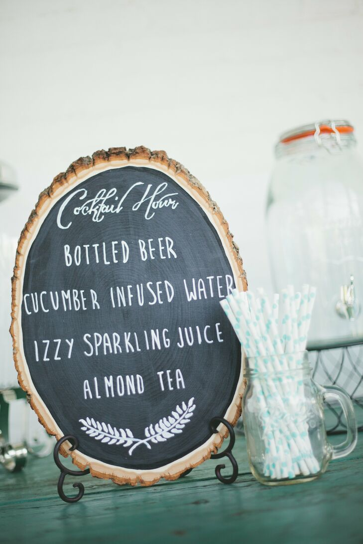 A charming chalkboard menu made from a tree trunk invited guests to cool off with a selection of refreshing beverages during cocktail hour.