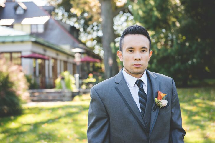 Justus bought his Vera Wang tuxedo from Men's Wearhouse. The groom's suit featured satin edges and a notch lapel.