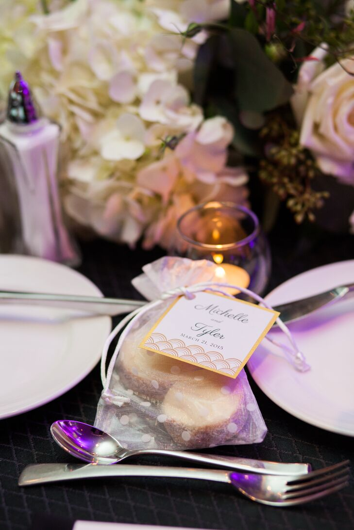 The couple gave out traditional Argentine alfajores, small Argentine sandwich cookies, as wedding favors.