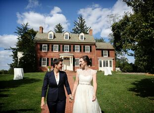 Jen and Roni searched for an outdoor venue that highlighted the fall season. When they came across Woodlawn Estate in Ridge, Maryland, Jen and Roni kn