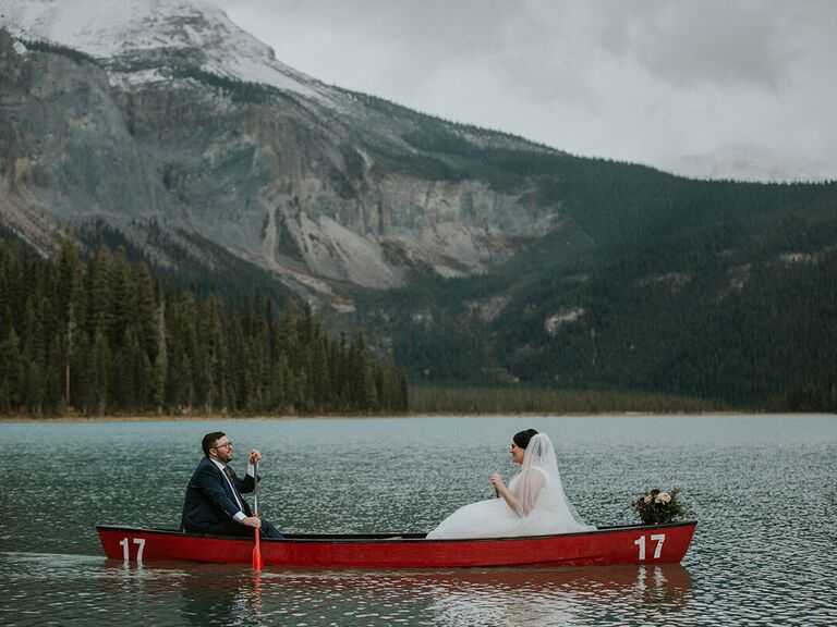 Friluftsliv wedding couple in canoe in mountains