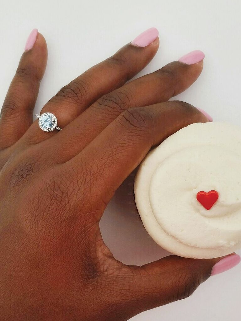 Engagment ring selfie idea with a cute cupcate