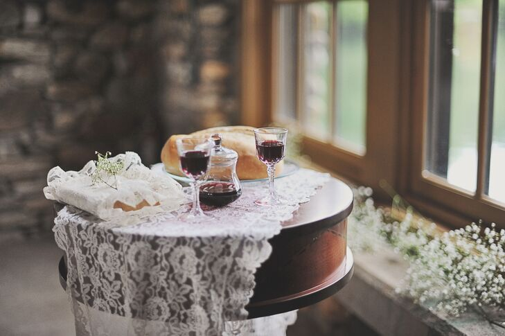 For a rustic touch, the couple incorporated lace and burlap accents. rn