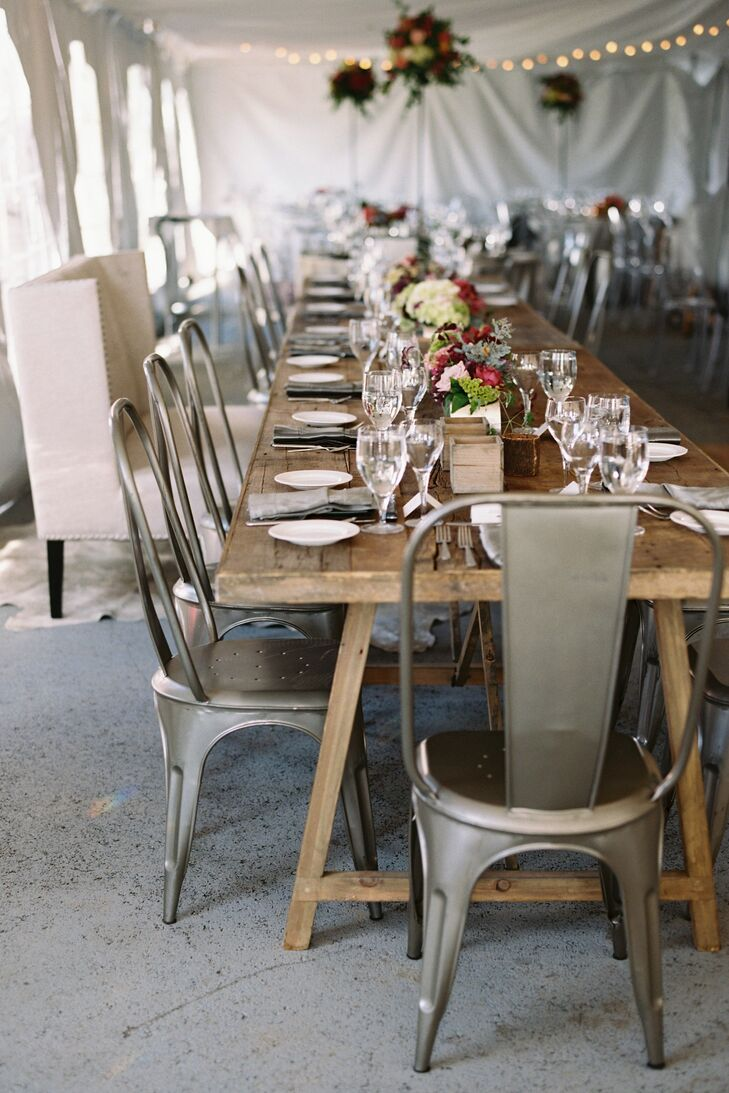 Long, wooden farmers' tables preserved a rustic, mountain aesthetic, while industrial-style chairs added a modern twist.