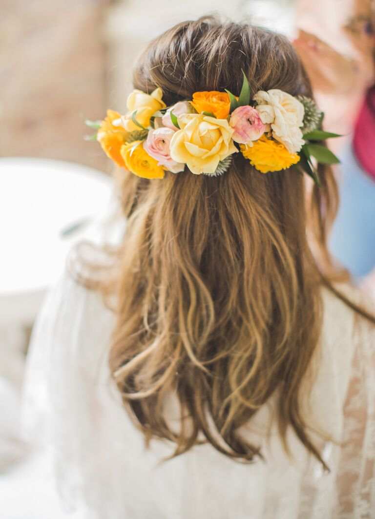 Kelly Musgraves wore yellow flowers in her hair to complete her half updo look