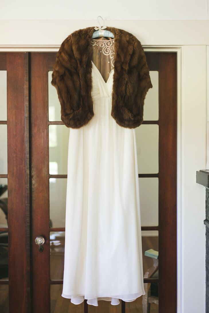 Sara wanted her bridal look to have a vintage feel with just a hint of glam. A vintage fur stole was the perfect complement to her look and kept her warm in the cool October air.