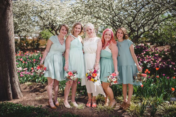 The bridal attendants wore mismatched mint dresses with a vintage feel that fit the laid-back theme.