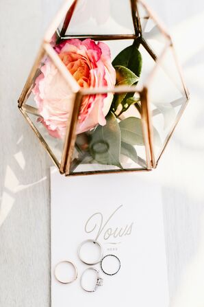 Centerpieces With Gold and Glass Vases