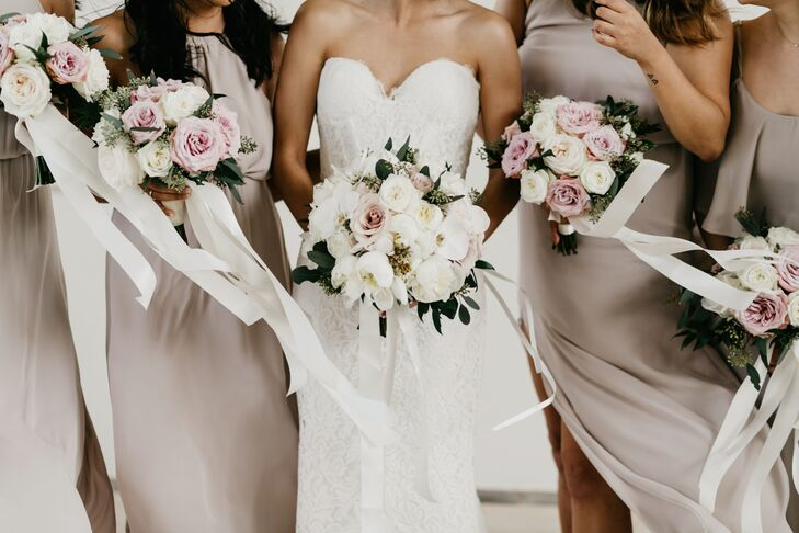 Su-V Expressions created garden-inspired bouquets with ivory and blush pink roses and subtle greenery.