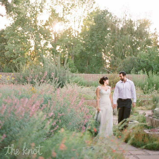 Jenna chose a classic vintage wedding look -- she wanted to complement, not compete with the natural surroundings of the botanic gardens.