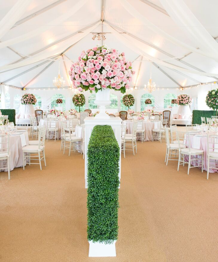 Boxwood arrangements added a sophisticated touch and were a nod to the inn's formal gardens.