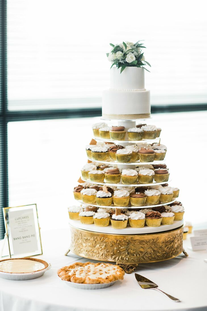 In another modern touch, Hannah and Jordan had a small cutting cake placed on a tower of cupcakes for their guests. Additional desserts included key lime pie.