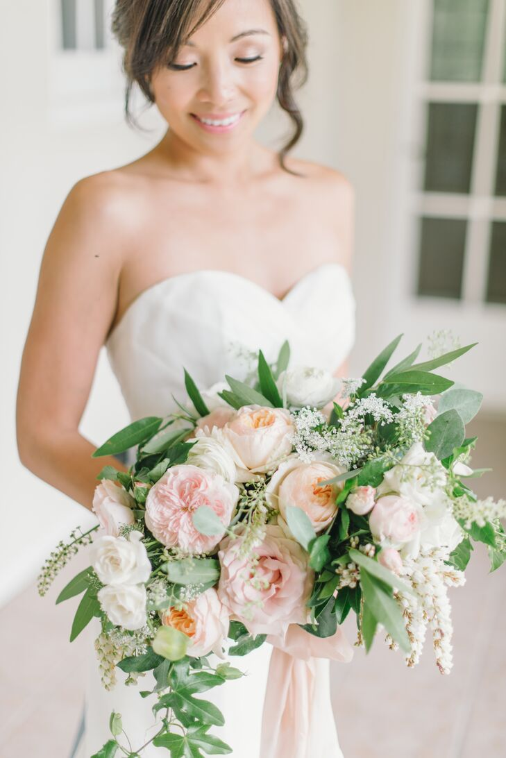 Gavita Flora designed Jauchy's voluptuous bouquet, which consisted of white, peach and pink garden roses, white majolica spray roses, tulips, dahlias, bay leaves, seeded eucalyptus and passion vine.