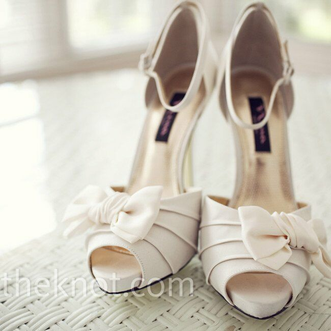 Anelena chose classic and elegant peep-toe heels in ivory by Nina.