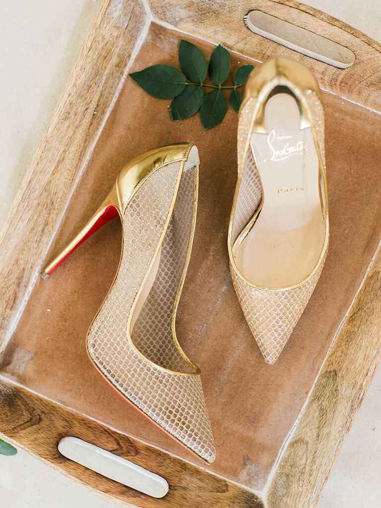Gold wedding shoe pumps for a glamorous wedding
