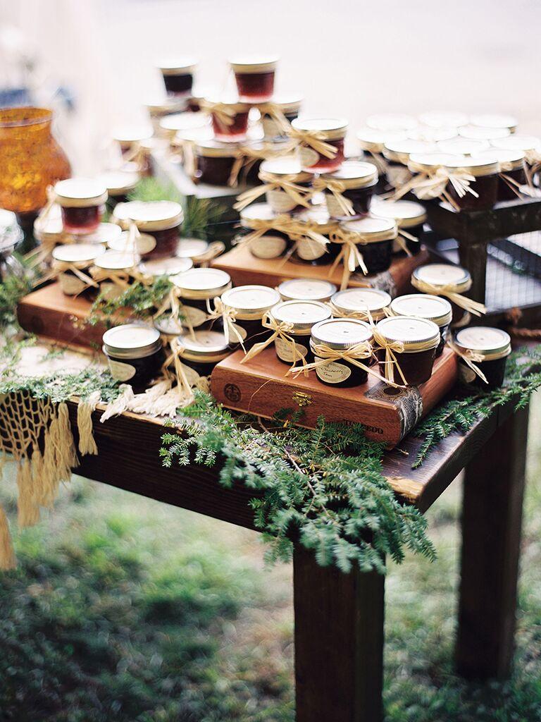 Affichage de faveur de mariage rustique de confiture en pot
