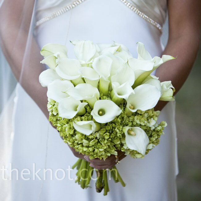 Laurie carried a modern arrangement of white calla lilies framed with a lush bunch of hydrangeas.