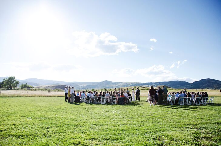 """Scott and Sara fell in love with the natural beauty and surrounding scenery at the Frog Belly Farm.""""The green grass, open fields and blue skies made for a beautiful and natural backdrop,"""" Sara says."""