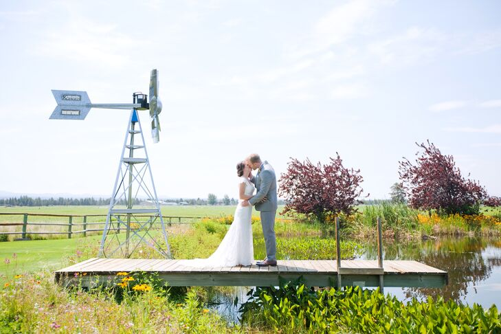 The natural property atK & K Garden View Estate in Bend, Oregon, shaped a country feel for the nuptials betweenSara Wrightman (25 and a pediatric nu
