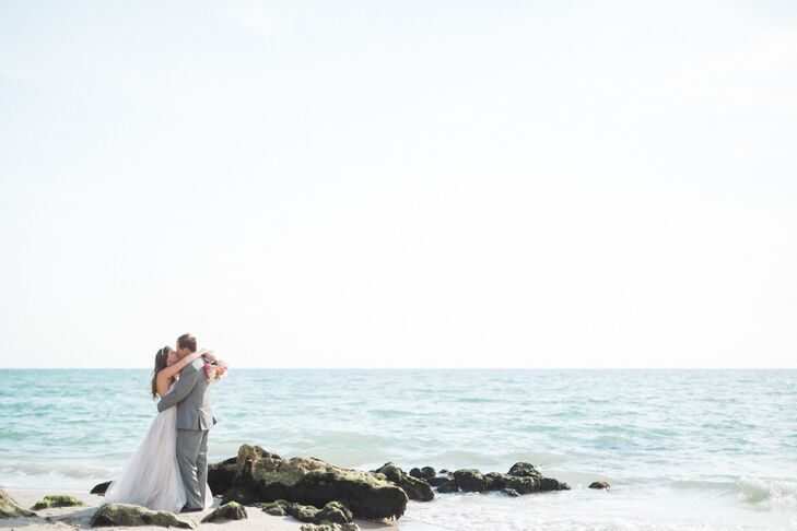 Talk about chic! Stephanie Dudasik (28 and a consultant) and Dallas Thomas (35 and a regulatory manager) put their own spin on beach weddings with a s