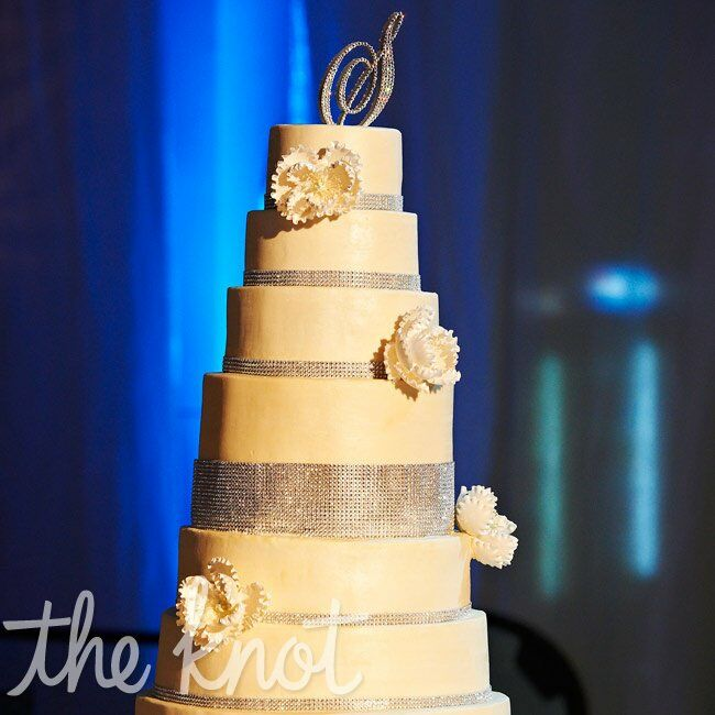 Since the wedding cake was quite large, Monique and Chris requested a clean design to keep it modern.