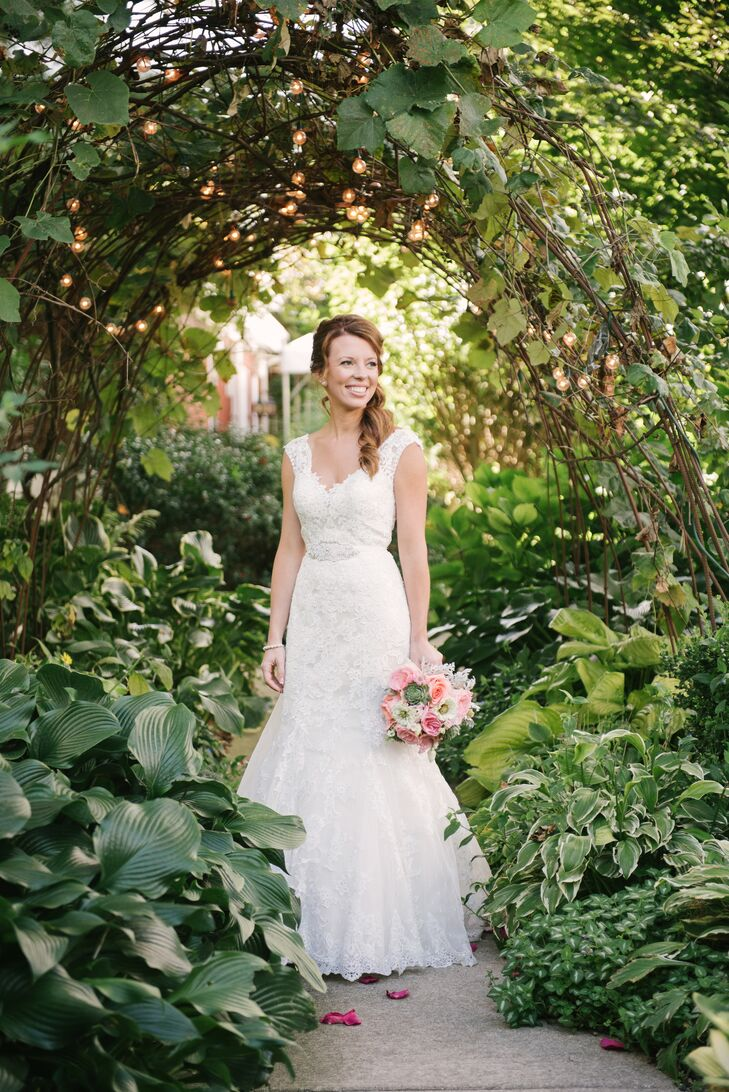 Courtney wore a lace trumpet-style gown with delicate cap sleeves and a sweetheart neckline.